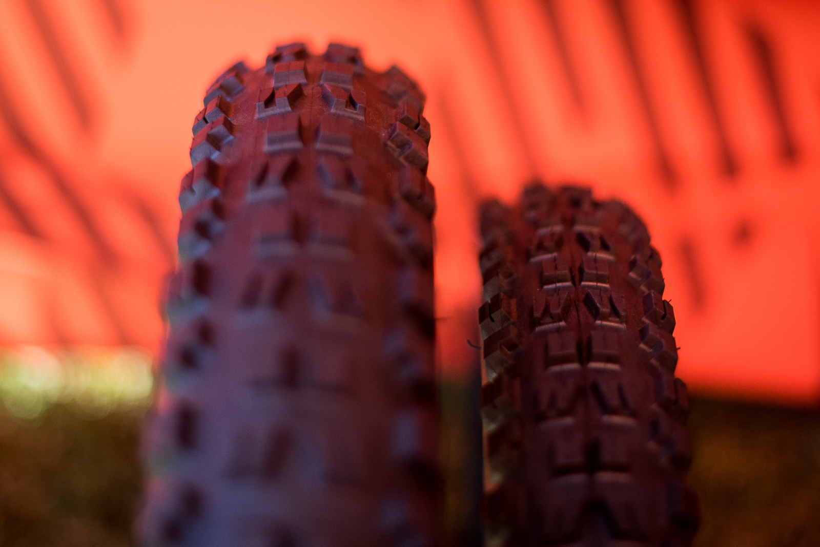 Standard 27.5x2.4 Minion DHF vs. 29x3.0 Minion DHF. Notice the offset side-knobs.