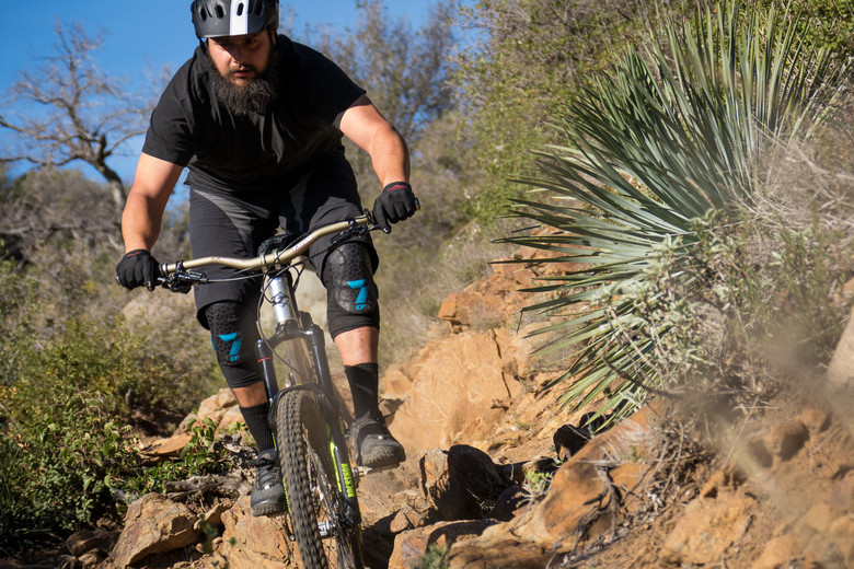 7idp Covert Knee Pad Reviews Comparisons Specs Mountain Bike
