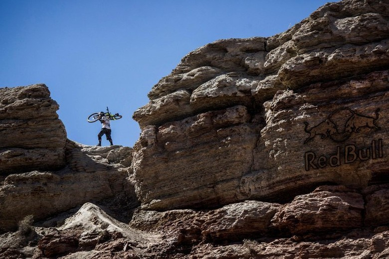 Kyle Jameson hikes up © Dean Treml/Red Bull Content Pool