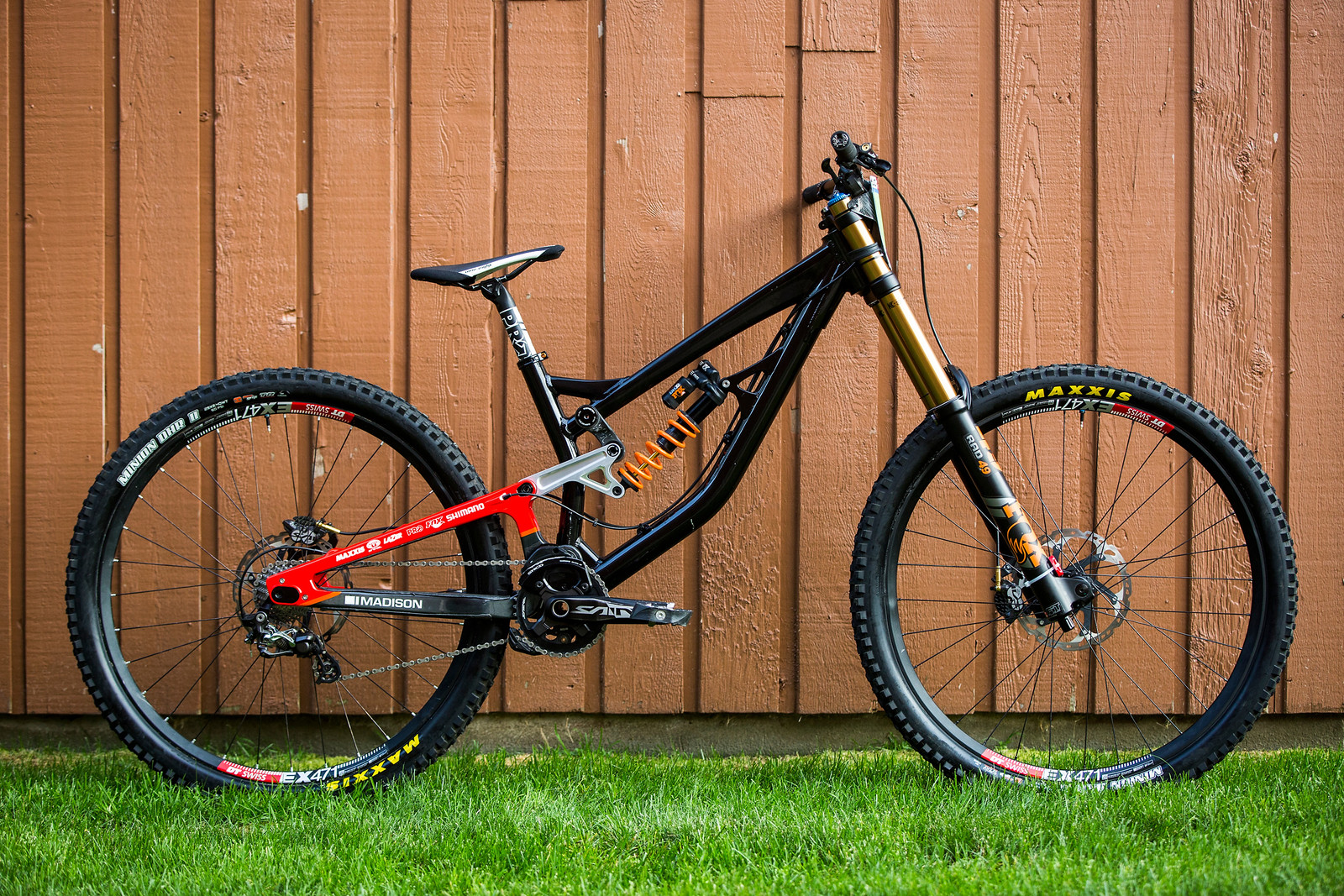 Prototype 29er Saracen DH bike for Matt Walker. This is the first 29er Matt has ridden and his first time in MSA. Seems to be working ok so far!