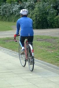 S200x600_biciclist_pe_alee