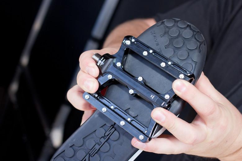 FIVE TEN - Schuhe für das Extreme! FIVE TEN steht für Bike-Schuhe, die jedem Gravity-Fahrer volle Kontrolle über das Fahrwerk geben. Für besten Grip und Halt sorgen die speziellen Sohlen unter den Schuhen. Extrastabil und langlebig präsentieren sich die Five Ten-Schuhe auf dem Trail, im Park oder auf der Downhill Piste. Für Enduro-Fans ist die innovative, hochgradig gedämmte Stealth Außensohle eindeutig von Vorteil. Die stärksten Vibrationen der ruppigsten Trails werden absorbiert.  Mit Five Ten Schuhen sind deine Füße rundum vor Steinschlag und Nässe geschützt. Atmungsaktives Mesh belüftet den Schuh.  So bieten die Five Ten´s sowohl für SPD-Klickpedale als auch für Flat-Pedale genau die Trittsicherheit und Rutschfestigkeit, mit denen selbst die größten Herausforderungen richtig Spaß machen.