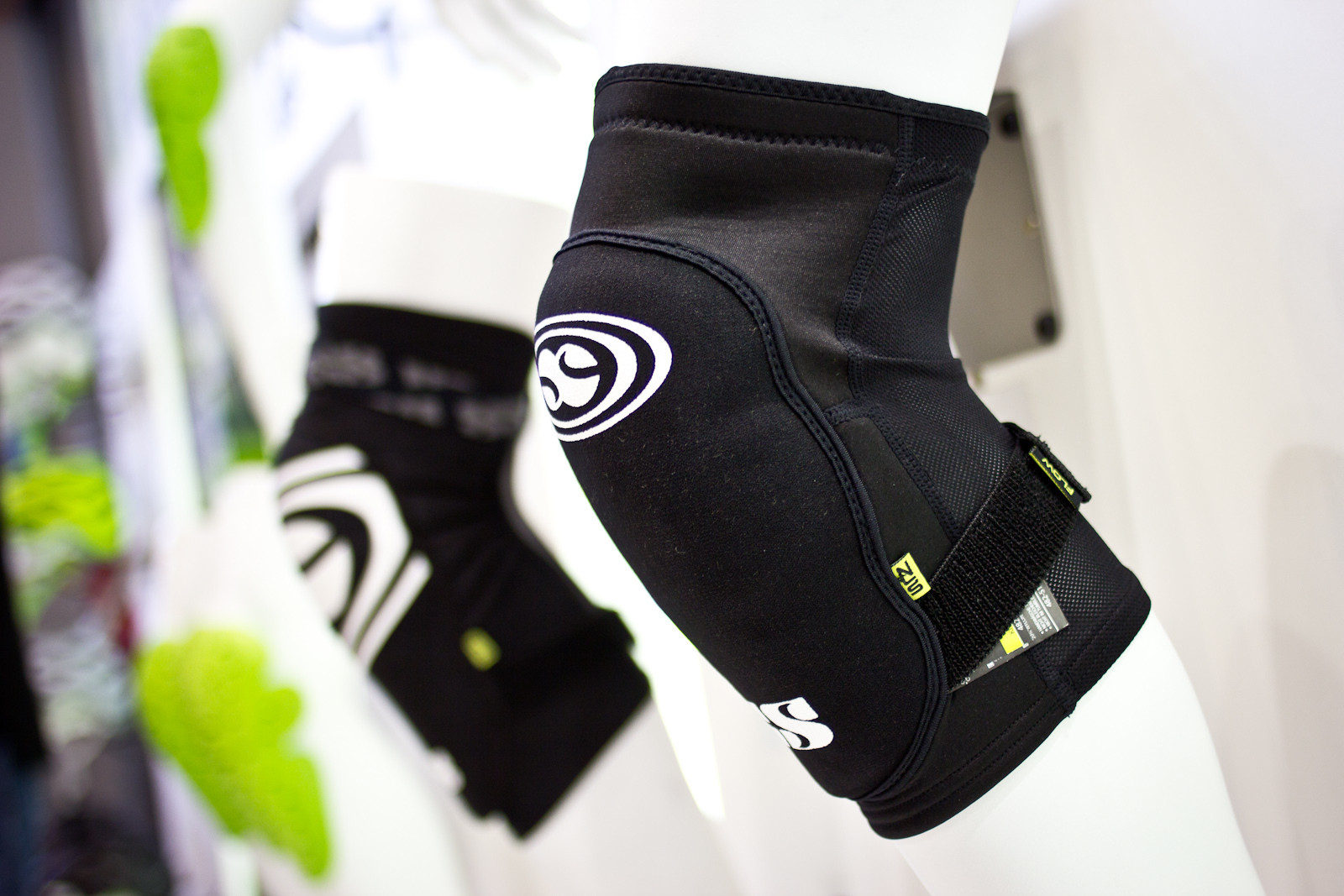 iXS Flow Series Knee Pads - 2014 Mountain Bike Apparel & Protection at Eurobike 2013 - Mountain Biking Pictures - Vital MTB