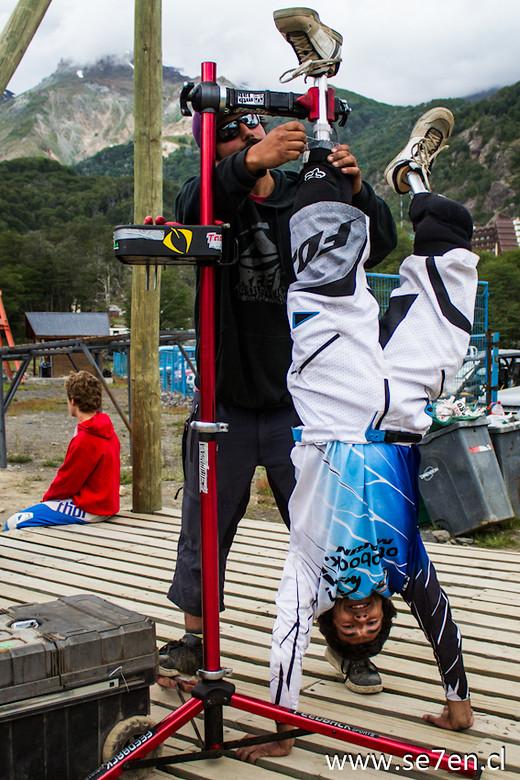 Adolfo Almarza & McGyver - se7en.cl - Mountain Biking Pictures - Vital MTB