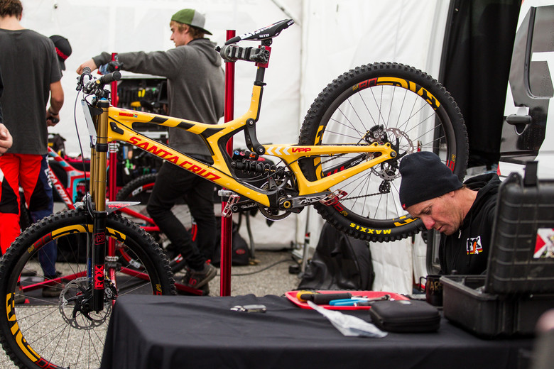 Greg Minnaar's Santa Cruz V10 29er - Bike Check - Pinkbike