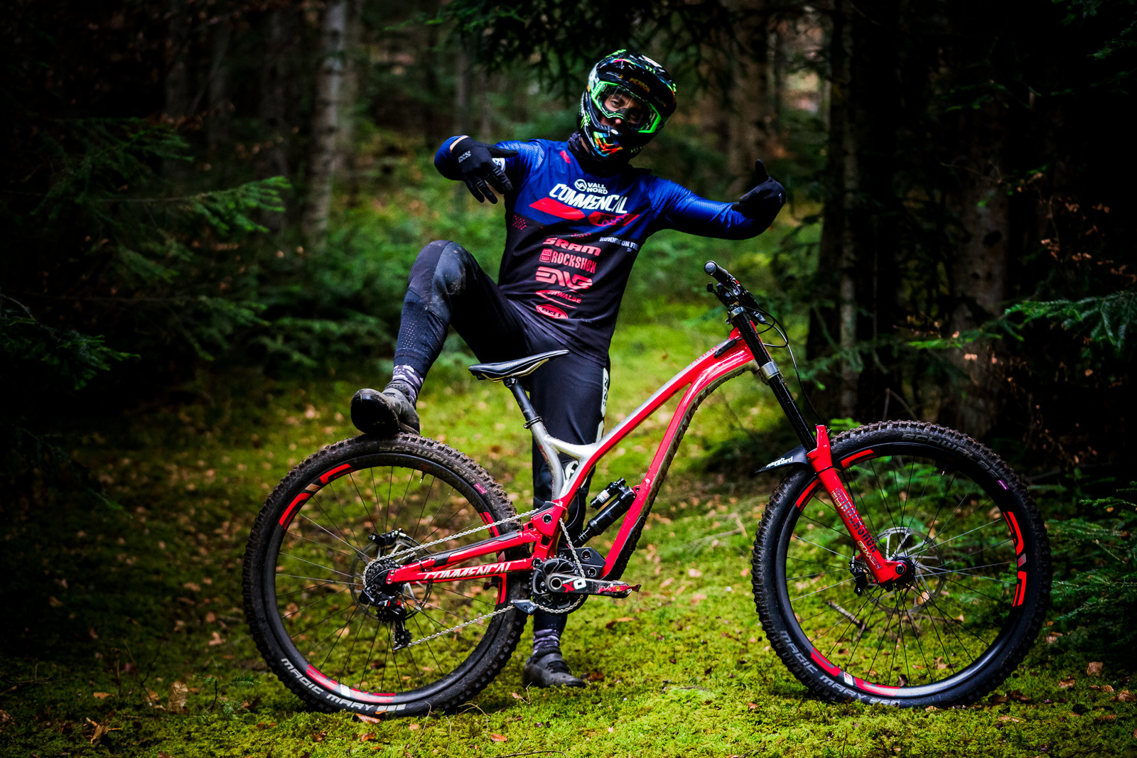 COMMENCAL/VALLNORD DH TEAM SIGNS WITH ENVE AND BELL
