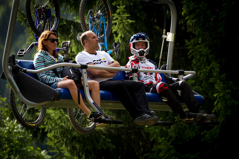Anne-Caroline Chausson, the winningest DH racer ever, and Aaron Gwin, the man with the most DH wins in one season, ride the chair together at  the 2011 World Champs. - Photo: Sven Martin