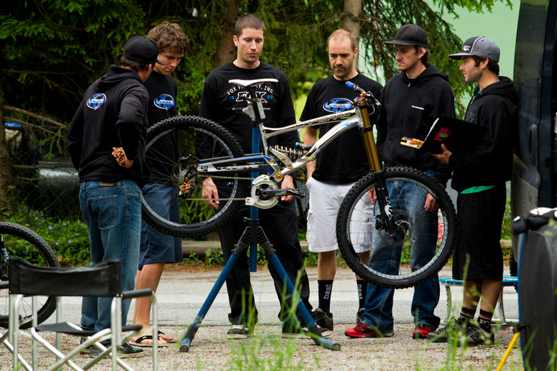 Justin (far right) working with Nico Vouilloz, Sam Blenkinsop and Lapierre in 2010.