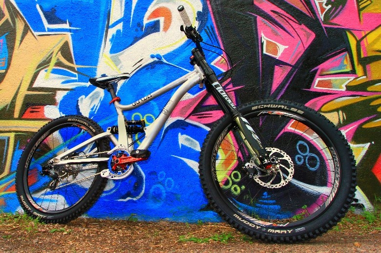 The GG/DH features 8-inches of rear wheel travel, a progressive leverage curve, 1.5-inch head tube, adjustable length chainstays, and adjustable head angle/bb height. In its slackest mode, it has a 63.5-degree head angle.