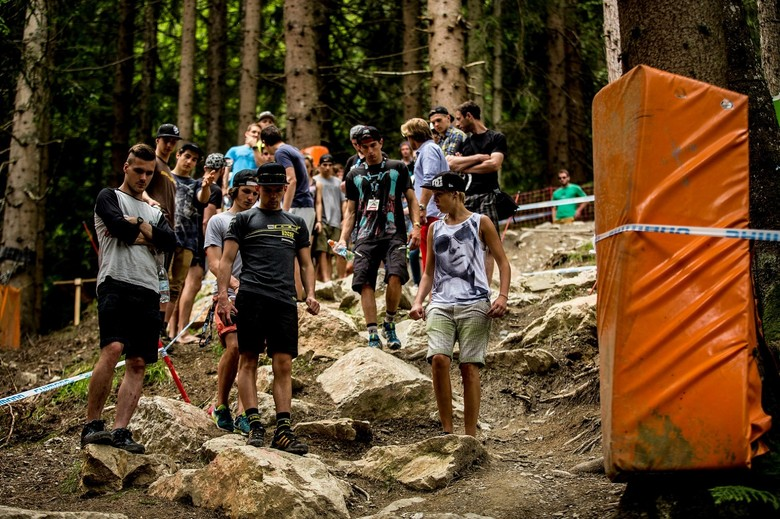 Rush hour during Leogang track walk - photo Sven Martin