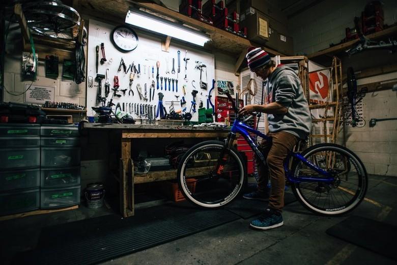 <b>Drew Bezanson tunes his new slopestyle bike.</b> © Mitchell Hubble / Red Bull Content Pool