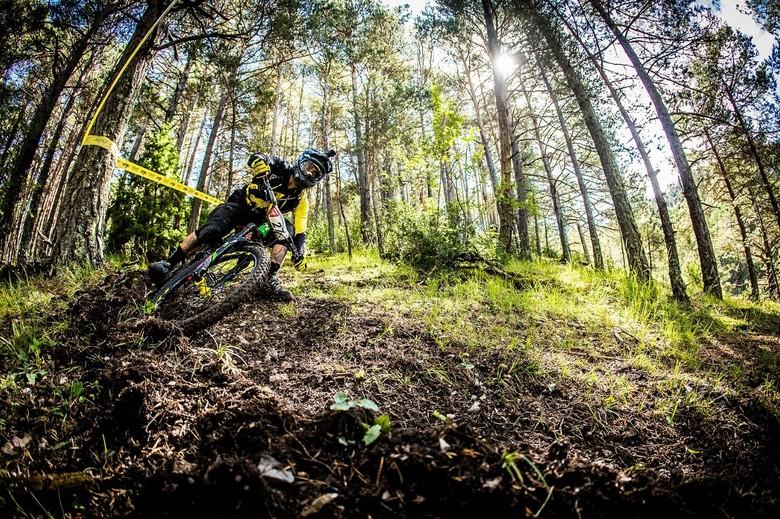 Sam Hill having fun in practice - photo Sven Martin