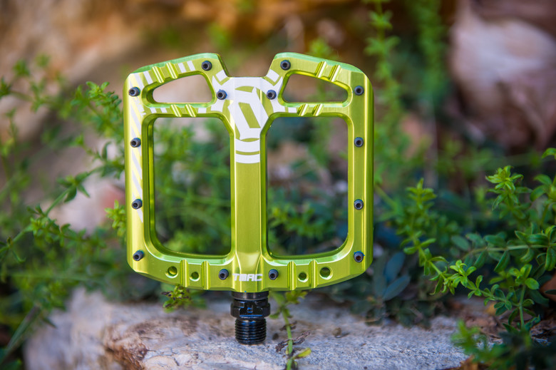 """SPANK SPIKE FLAT DH GREEN 9//16/"""" 3-PIECE CRANK BICYCLE PEDALS"""