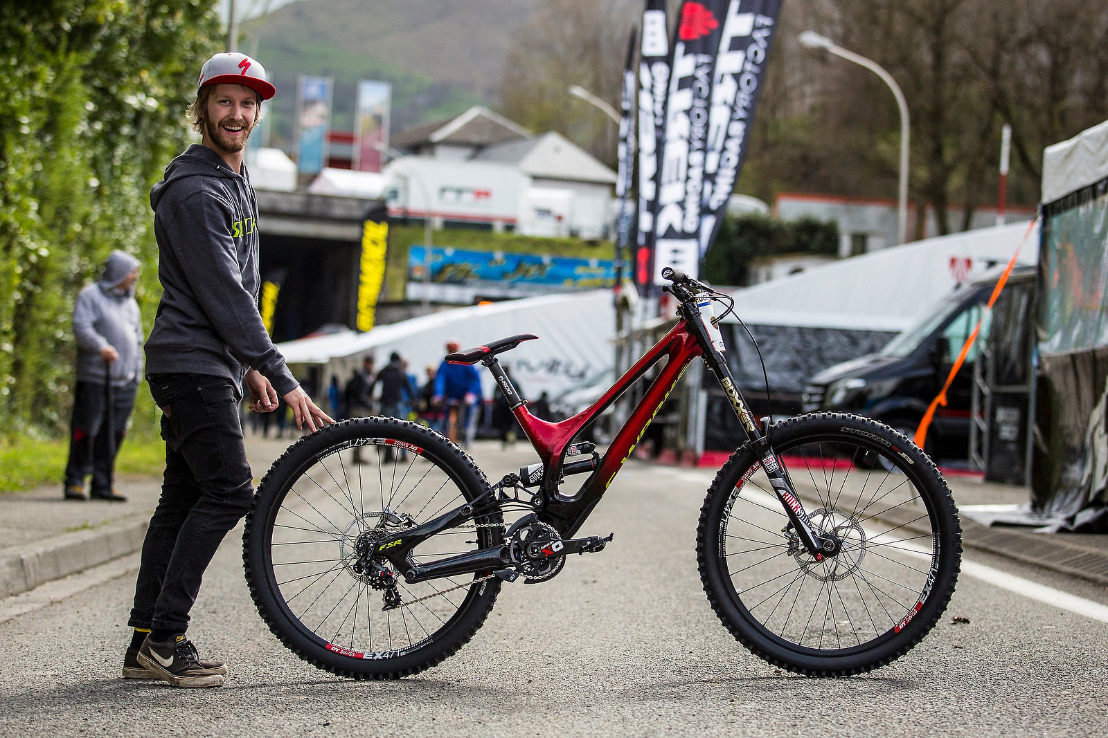 Troy Brosnan's Demo with Mechanic, Aaron - PIT BITS - 2016 Lourdes World Cup Downhill - Mountain Biking Pictures - Vital MTB