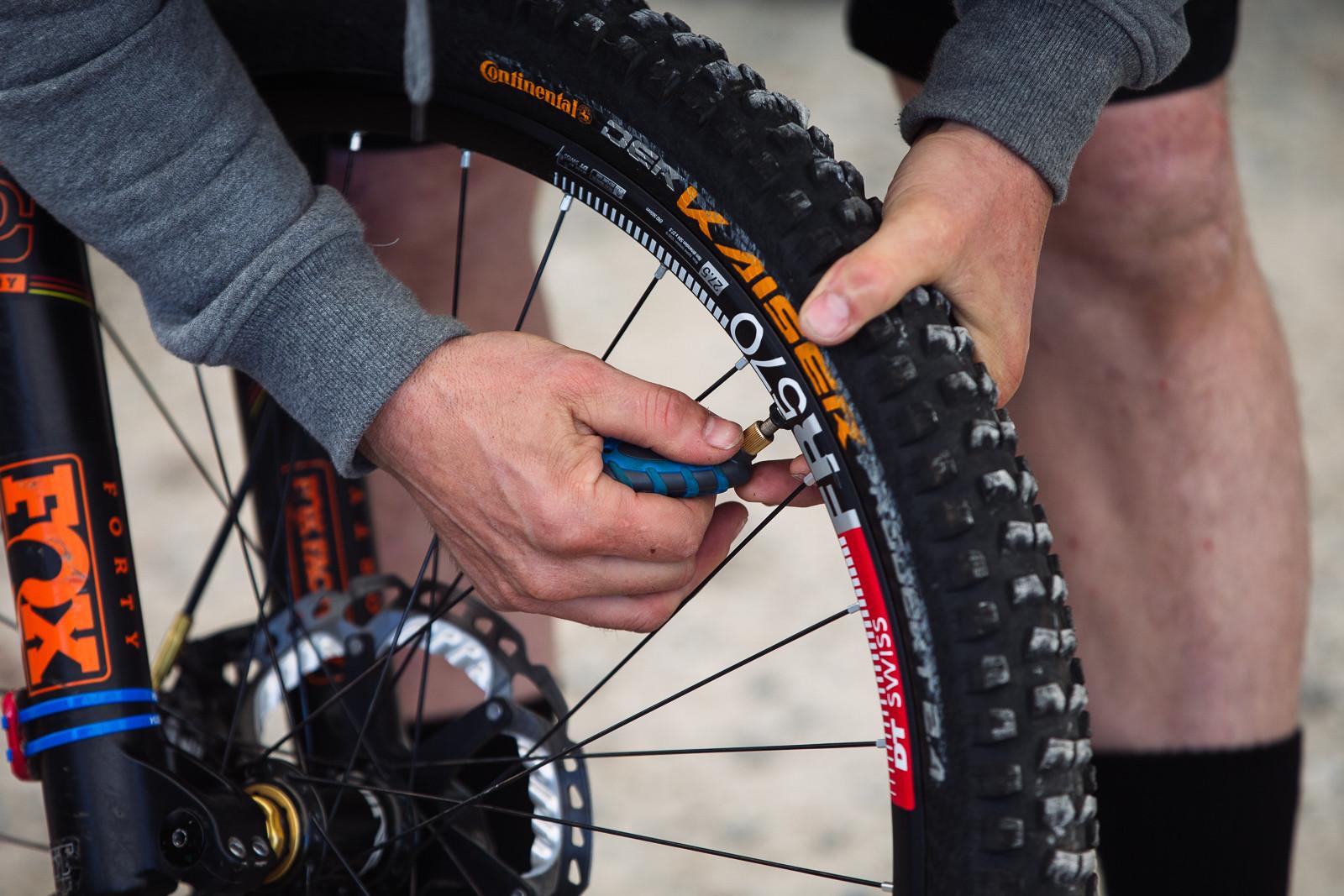 Tire Pressure Check - PIT BITS - BDS Fort William - Mountain Biking Pictures - Vital MTB