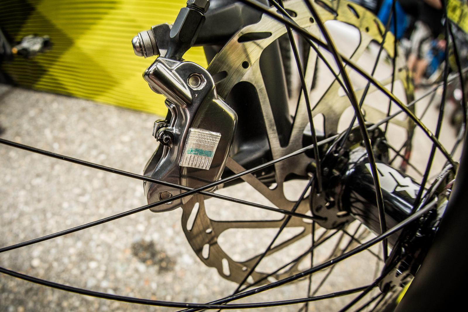 High-tech Axxios AXS Anti-Vibration System on Commencal DH Bikes - High-tech Anti-Vibration System on Commencal DH Bikes - Mountain Biking Pictures - Vital MTB