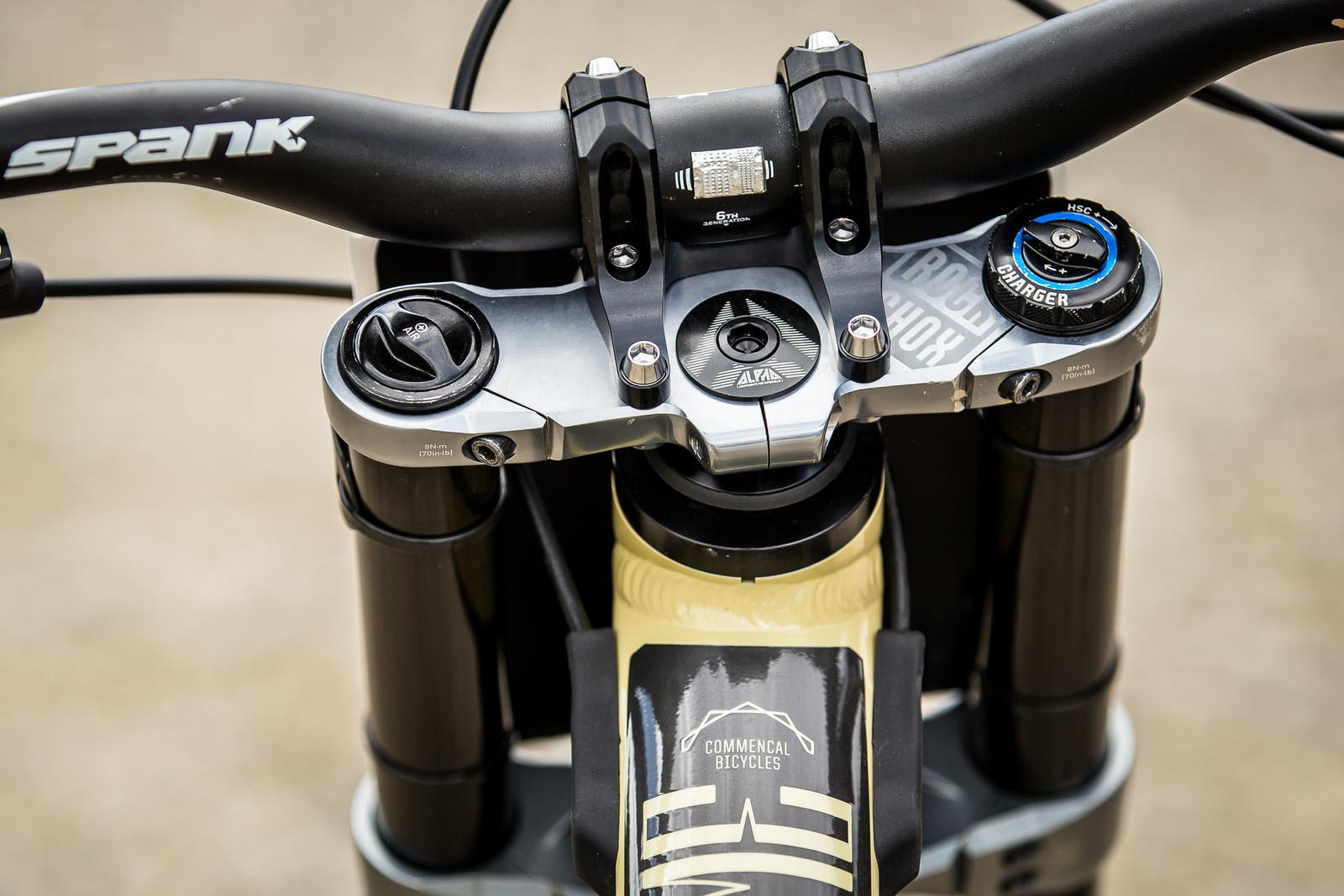Cockpit - WINNING BIKE - Amaury Pierron's Commencal Supreme DH 29 - Mountain Biking Pictures - Vital MTB