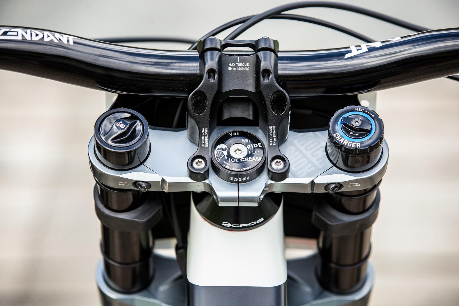 Motivation and Truvativ Descendant Bars and Stem - WINNING BIKE - Vali Höll's YT TUES - Mountain Biking Pictures - Vital MTB
