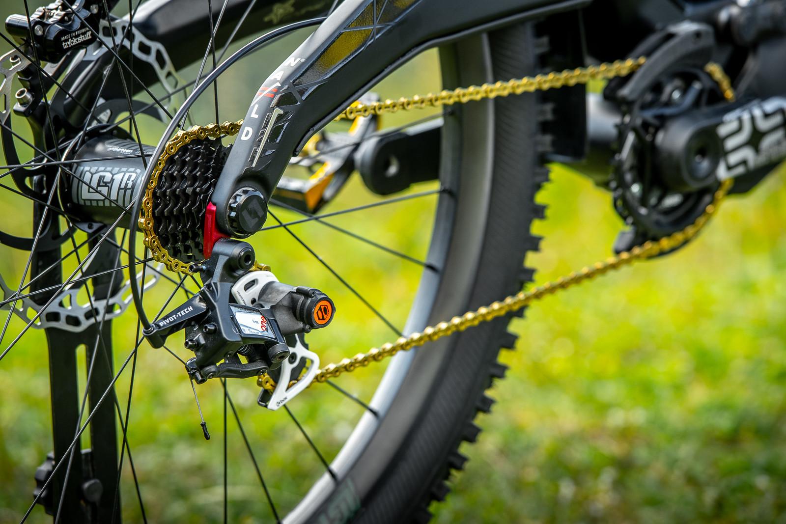 Full Drivetrain - WORLD CHAMPS BIKES - Mick & Tracey Hannah's Polygons - Mountain Biking Pictures - Vital MTB