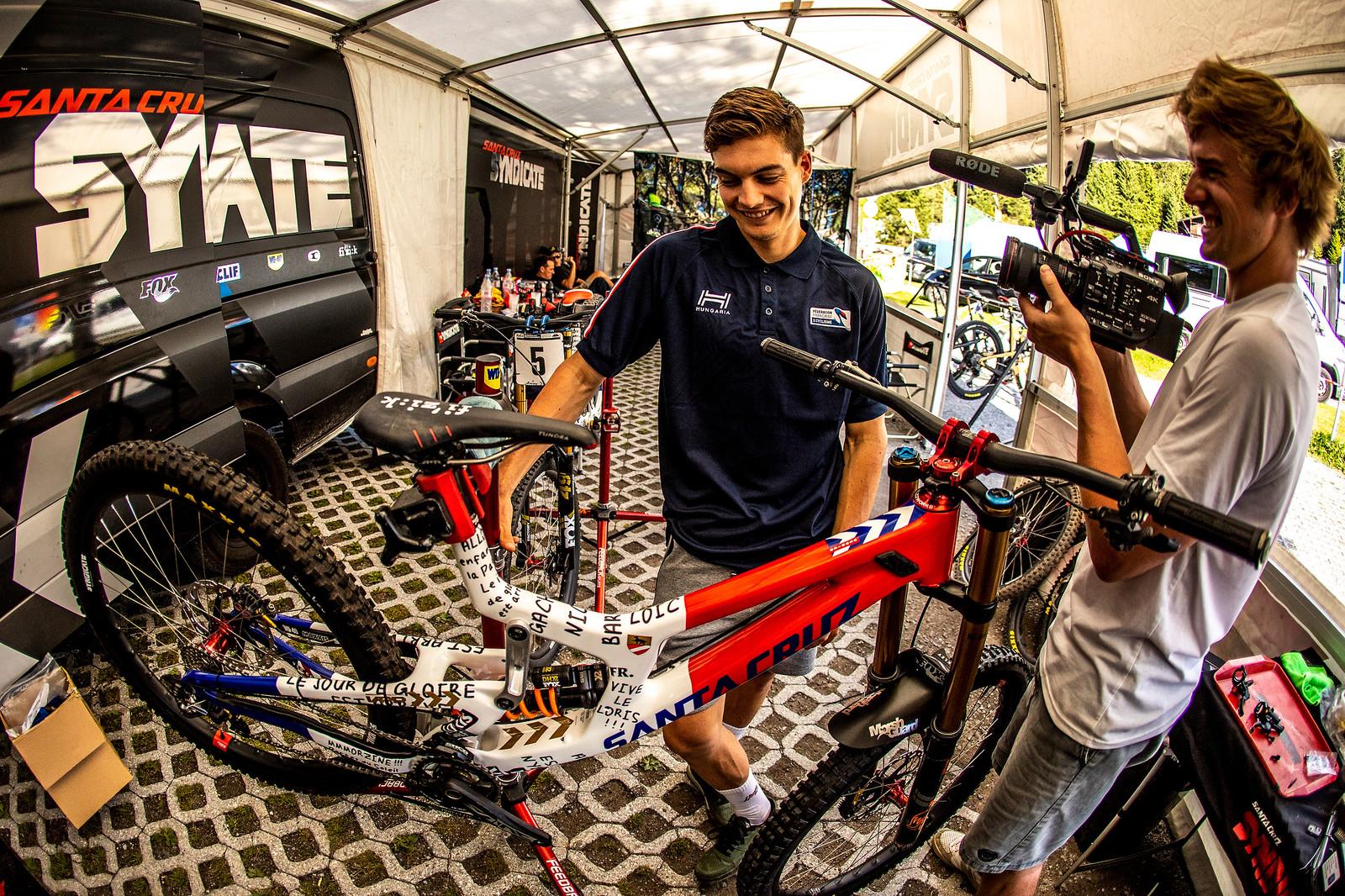 The Grill Sessions with Bowman - WORLD CHAMPS BIKES - Loris Vergier's Santa Cruz V10s - Mountain Biking Pictures - Vital MTB