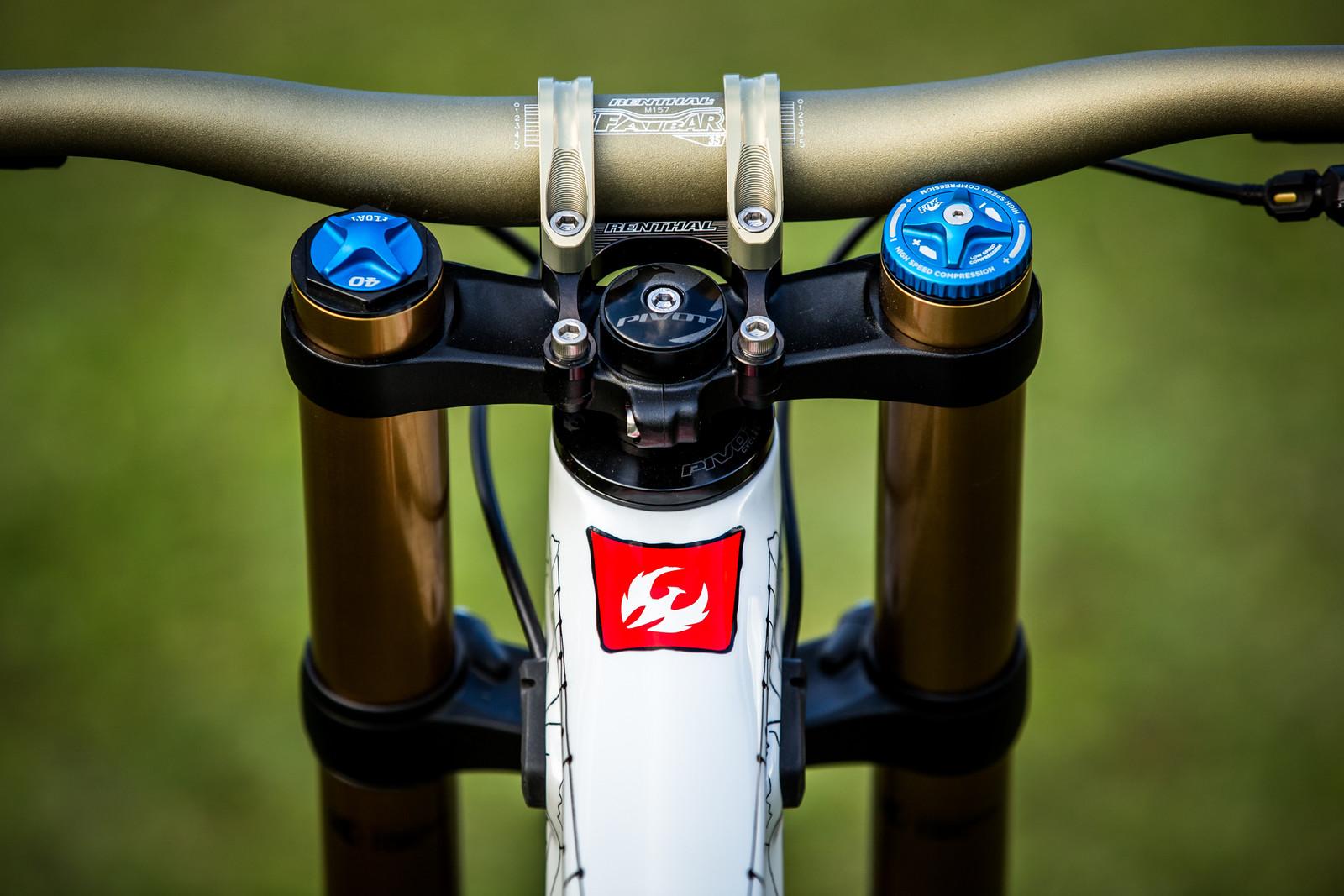 Clean Cockpit - WORLD CHAMPS BIKE - Emilie Siegenthaler's Pivot Phoenix - Mountain Biking Pictures - Vital MTB