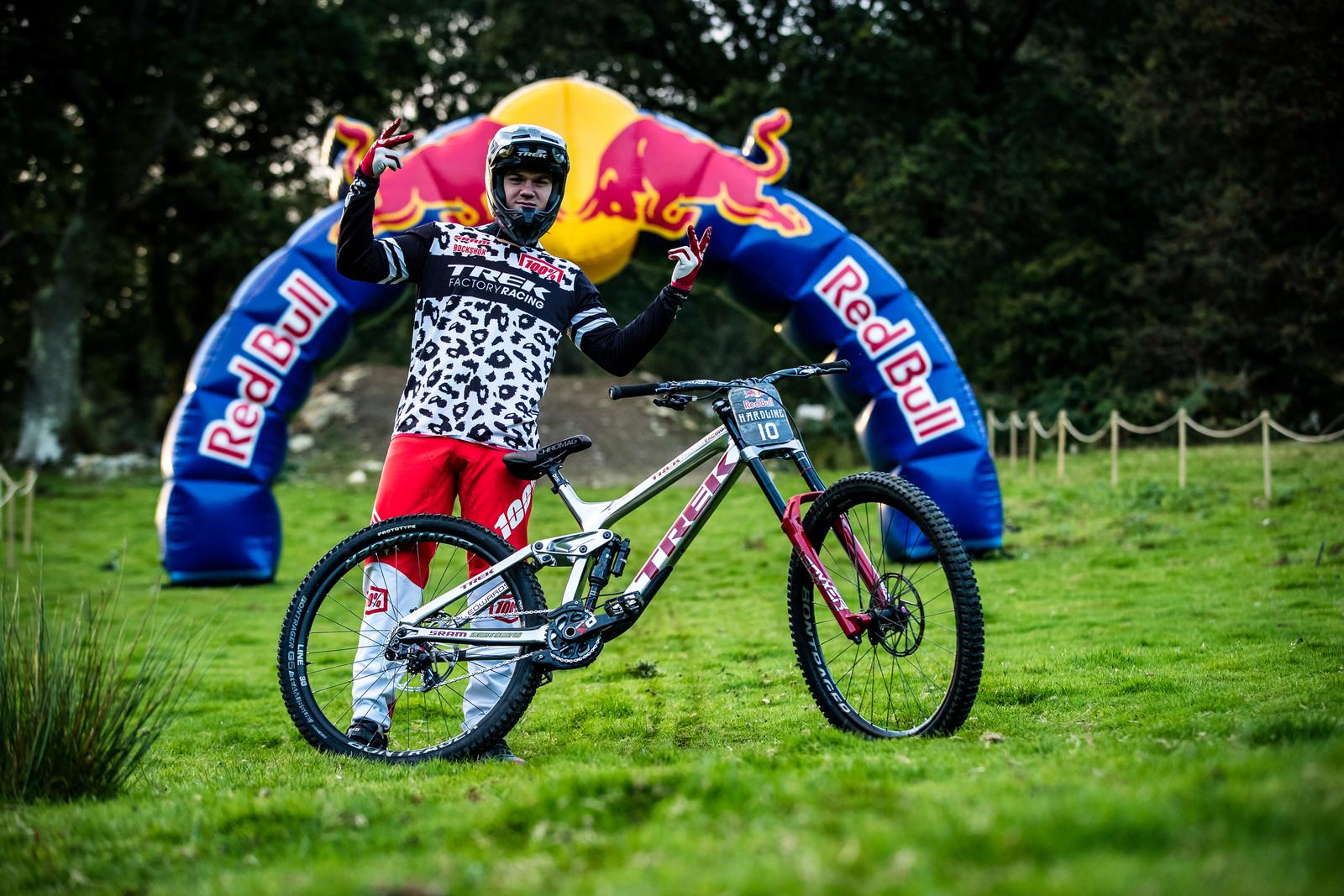 Kade Edwards with his Trek Session - The Bikes of Red Bull Hardline - Mountain Biking Pictures - Vital MTB