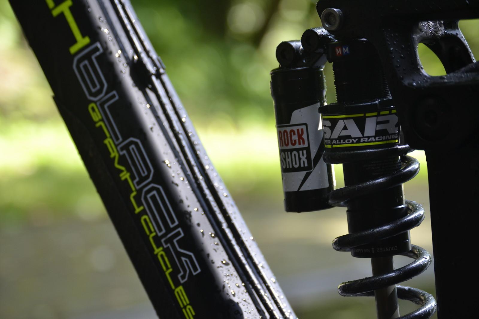 Pitchblack 'mosher 27,5'' carbon black - DHT1's Bike Check - Vital MTB