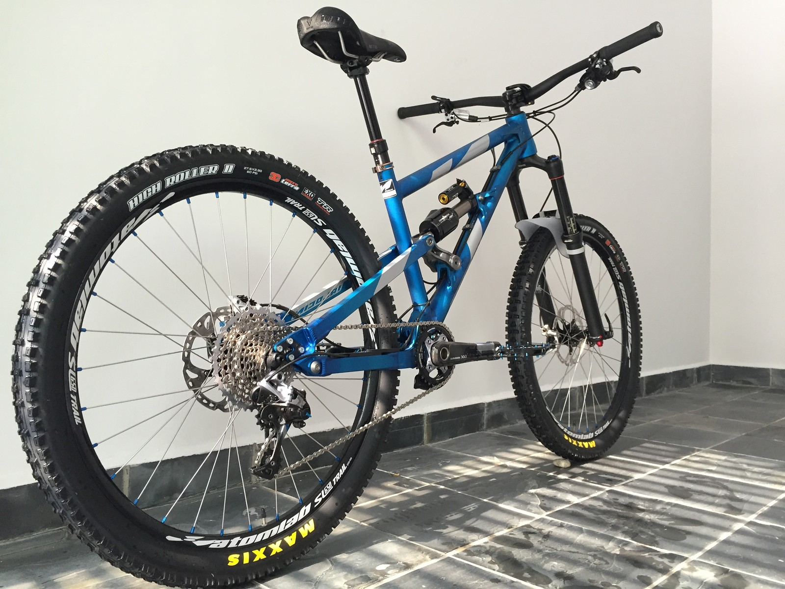 Nicolai Ion 16, 650B [2015] in anodised blue; Maxis High Roller II rubber boots held in Atomlab SL 650 Trail rims