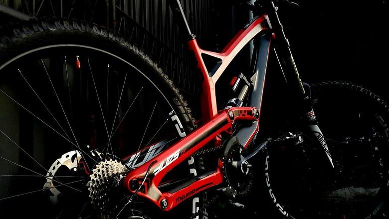 YT Tues CF Pro - Hendra-F\'s Bike Check - Vital MTB