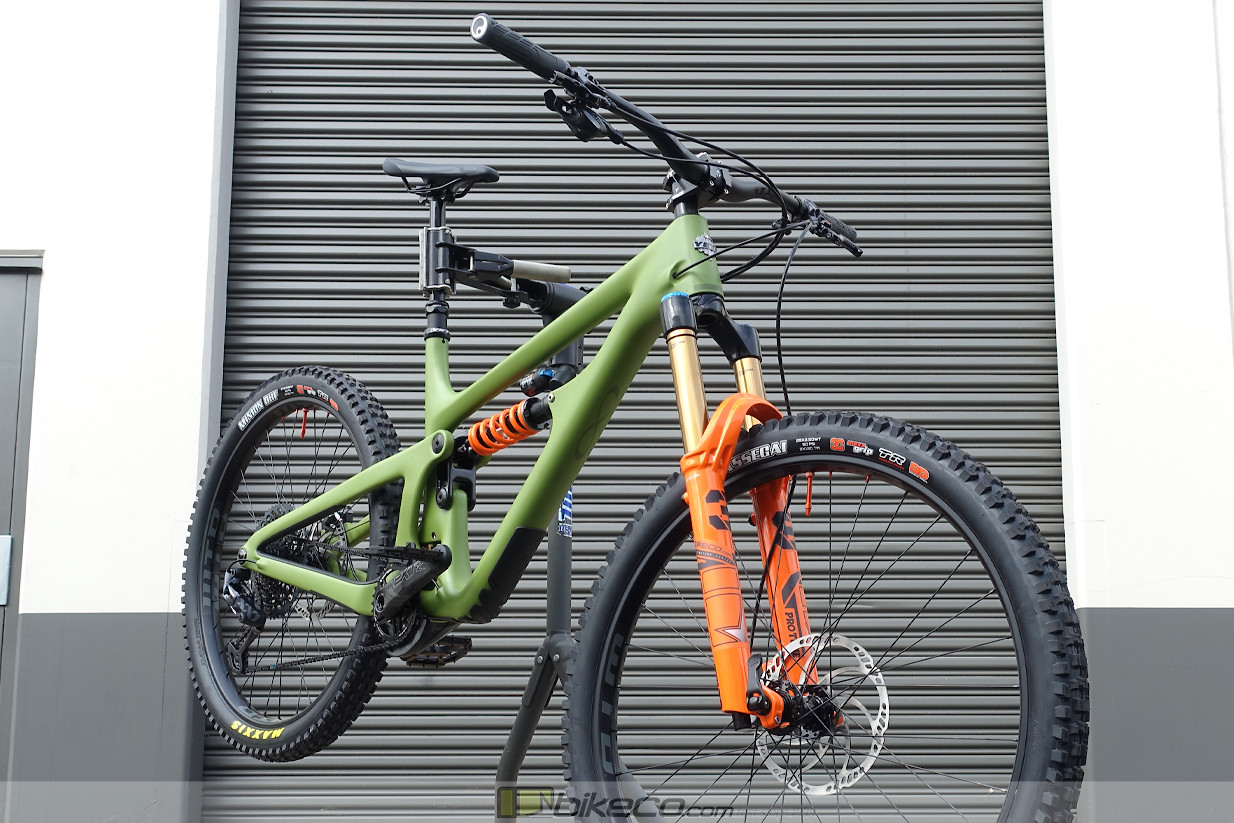 This Yeti SB165 from in Moss Green is offset with orange highlights from FOX as well as CushCore valve stems.