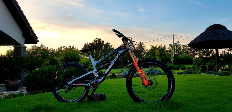 YT Capra 27 CF Pro Race Custom DH Edition