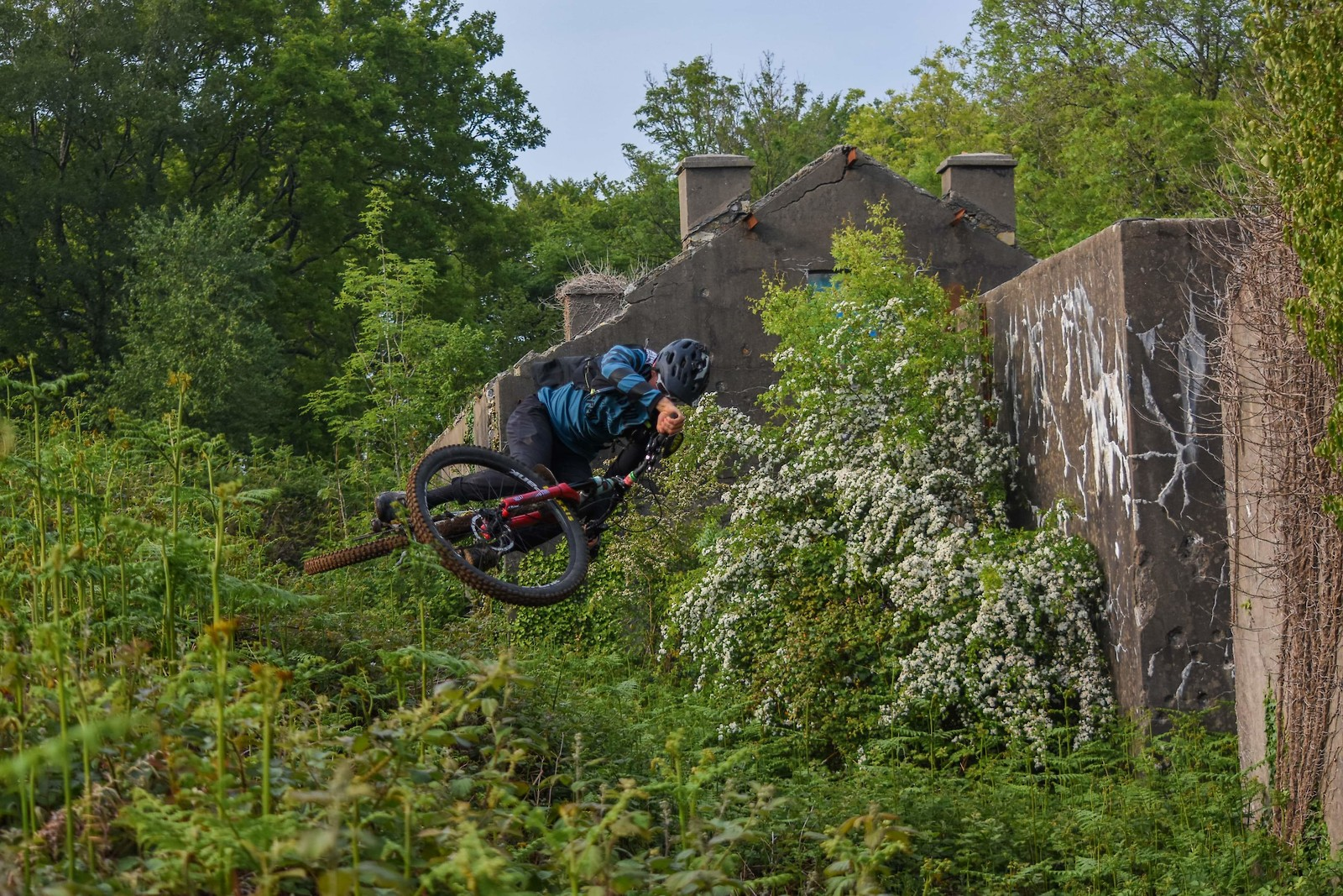 Little scrub behind the old house. Rider : Ambroise hebert-racing - Ambroise_Hebert-Racing - Mountain Biking Pictures - Vital MTB