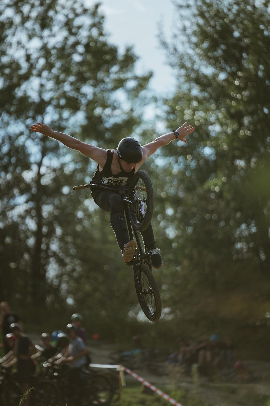 Look mum, no hands! - Paatrykk - Mountain Biking Pictures - Vital MTB